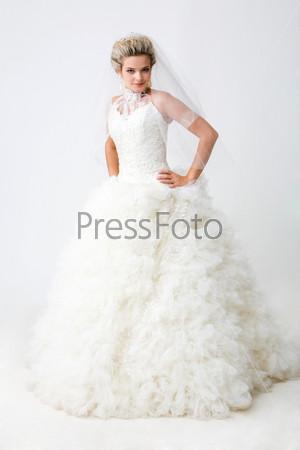 Современная невеста стоит в полный рост позируя в камеру