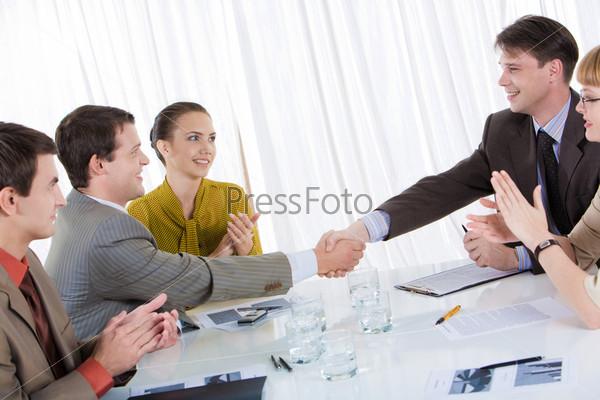 Фотография на тему Успешные бизнес-партнеры поздравляют друг друга с заключением сделки