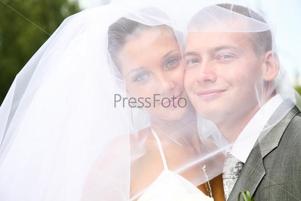 Влюбленная пара: жених и невеста крупным планом
