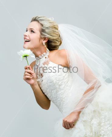 Довольная невеста смеется устремившись вперед