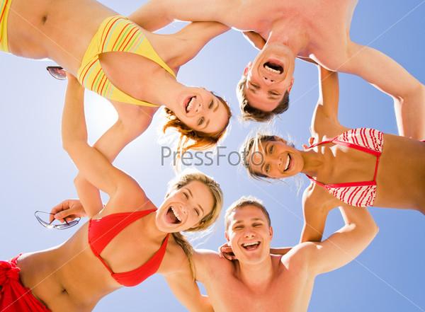 Счастливые лица подростков, которые стоят в кругу