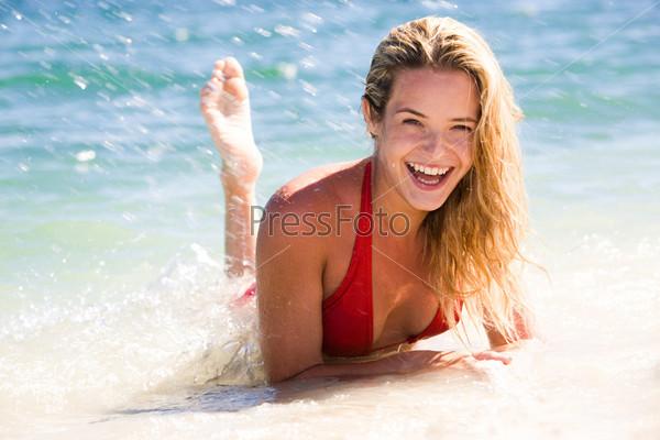 Красивая девушка лежит на побережье