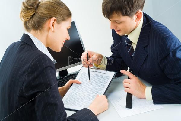 Начальник советуется с юристом по поводу пунктов договора