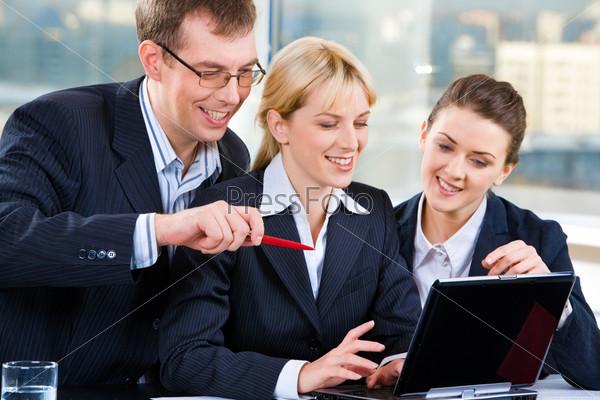 Фотография на тему Офисные сотрудники улыбаясь обсуждают проект