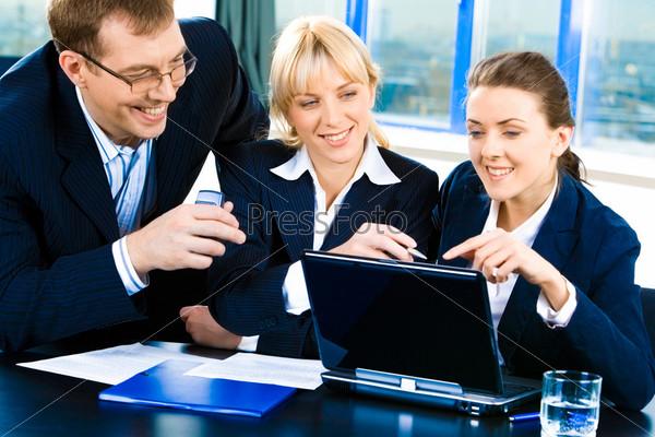 Радостные сотрудники общаются в офисе