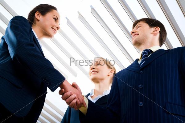 Вид снизу рукопожатия деловых людей