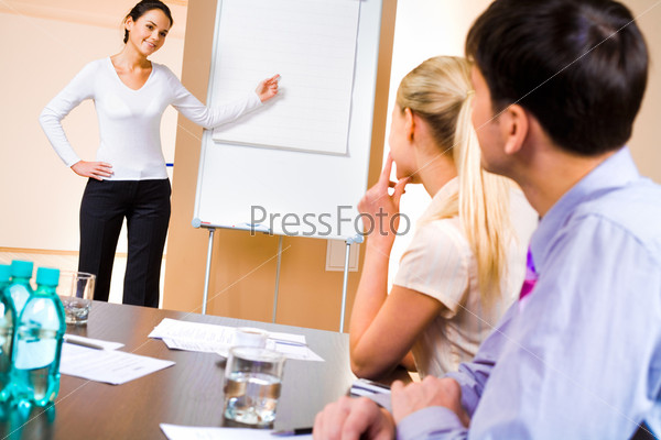 Девушка, выступающая с докладом перед слушателями на семинаре