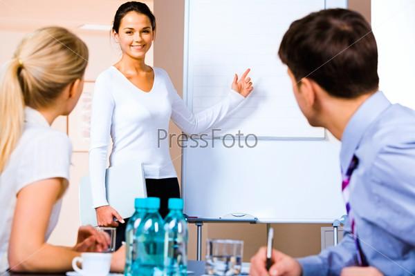 Миловидная девушка уверенно проводит презентацию