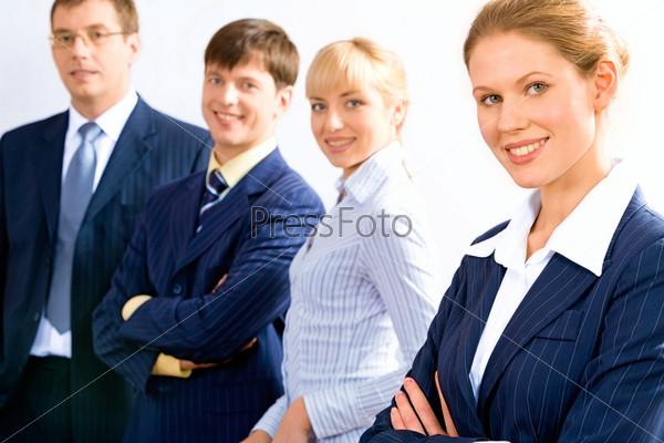 Команда сотрудников смотрит в камеру