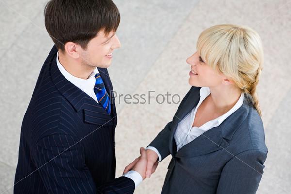 Вид сверху партнеров по бизнесу приветствующих друг друга за руку