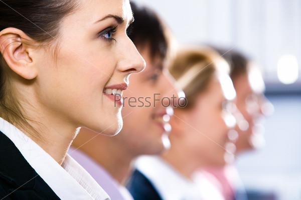 Улыбающие лица людей сидящих в профиль