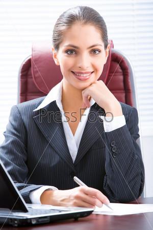 Портрет деловой женщины сидящей за столом