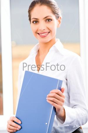 Ответственная секретарша с папкой в руках