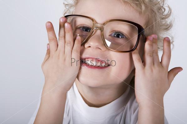 Кудрявый мальчик в больших очках