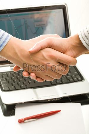 Руки на фоне раскрытого ноутбука на рабочем столе