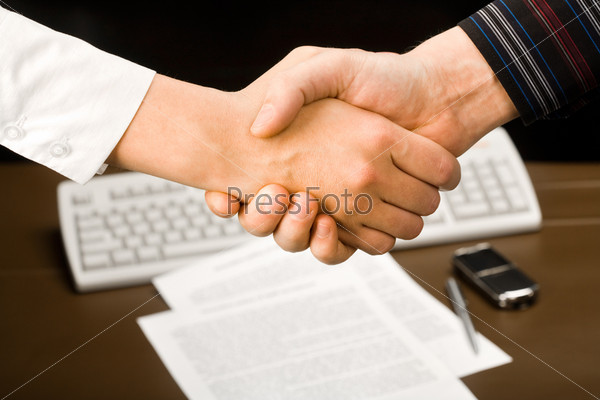 Крупный план мужского рукопожатия
