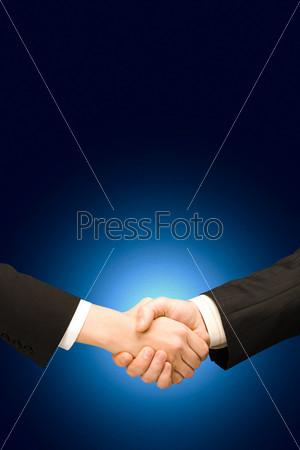 Вертикальное изображение мужского рукопожатия на синем фоне