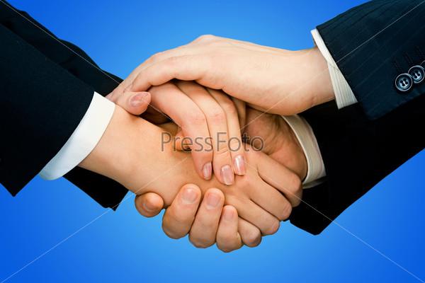 Руки деловых людей на синем фоне