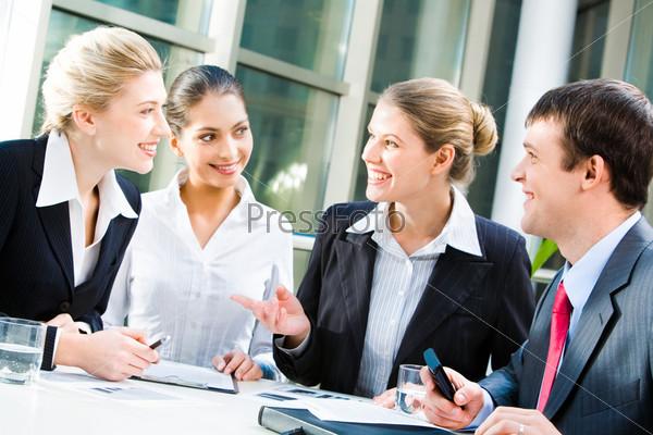 Успешные менеджеры общаются сидя за столом