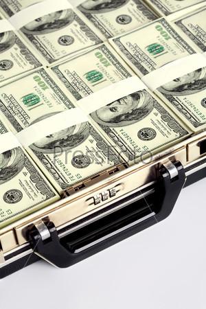 Деньги уложенные в кейс