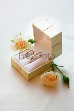 Золотые обручальные кольца в коробочке
