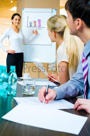 Привлекательная девушка проводит презентацию новой разработки