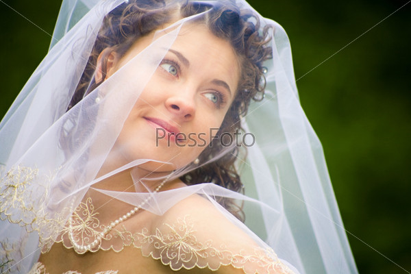 Красивая молодая невеста в белом свадебном платье