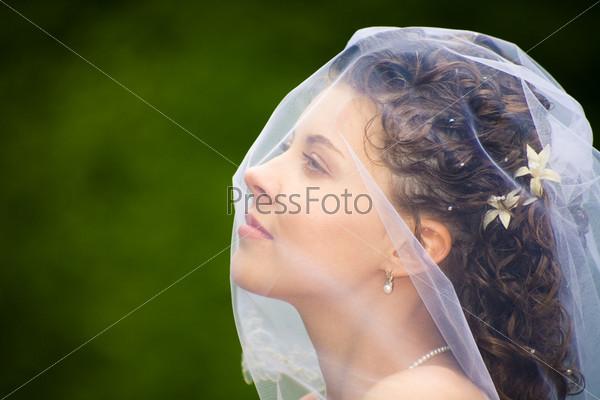 Невеста с фатой на лице
