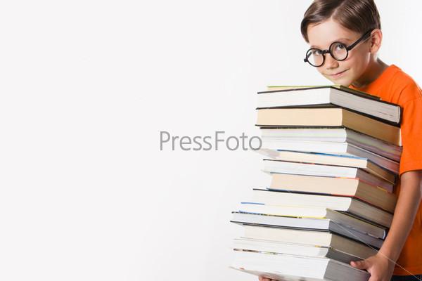 Фотография на тему Школьник в очках со стопкой толстых книг