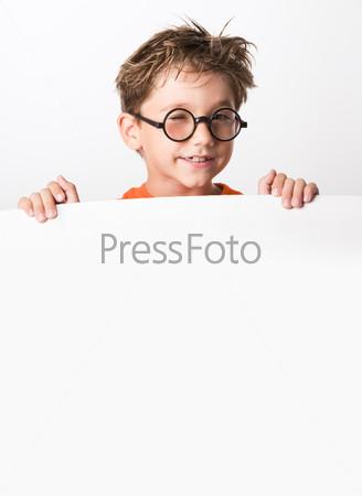 Взъерошенный школьник в очках держит большой белый плакат