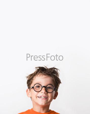 Лицо взъерошенного смеющегося мальчика