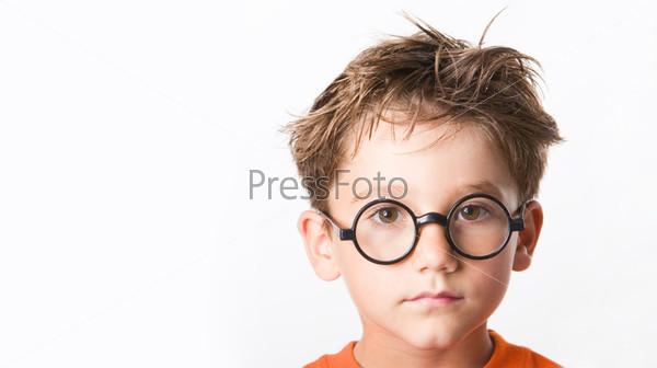 Лохматый серьезный мальчик крупным планом