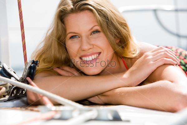 Лицо красивой девушки с очаровательной улыбкой