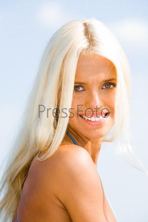 Очаровательная блондинка с серыми глазами