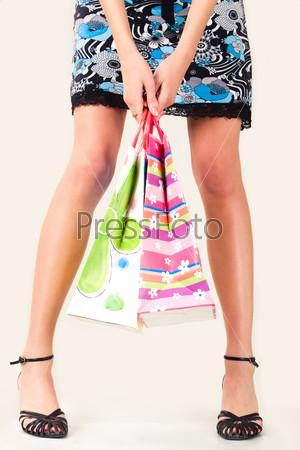 Бумажные пакеты в руках девушки