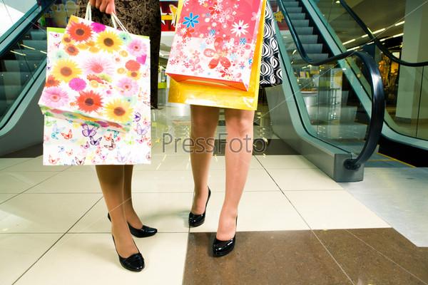 Женские ножки в туфлях на полу торгового центра
