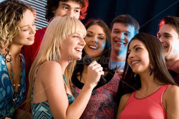 Молодые привелекательные люди на караоке вечеринке