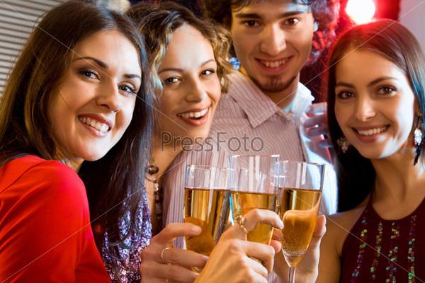 Студенты держат бокалы шампанского и говорят тост