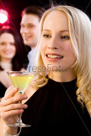Очаровательная девушка произносит тост на вечеринке