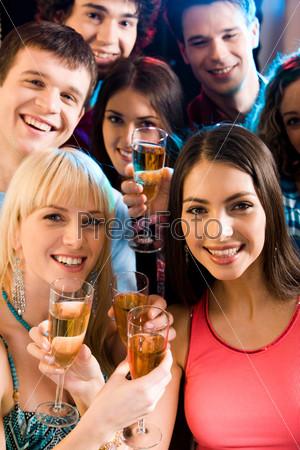 Счастливые молодые люди смотрят в камеру и улыбаются