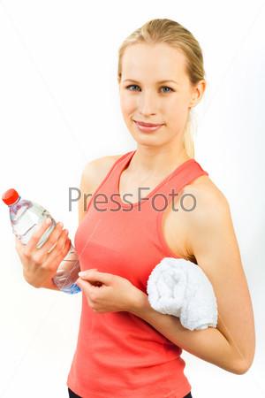 Фотография на тему Девушка в красной майке с полотенцем и бутылкой воды в руках