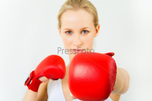 Девушка в красных боксерских перчатках