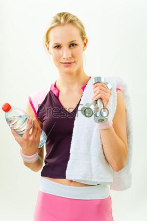 Спортивная девушка после тренировки