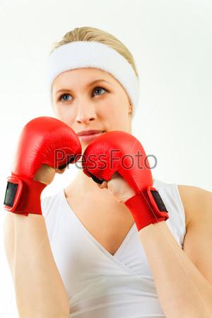 Девушка в боевой позиции в красных перчатках
