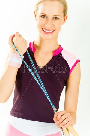Здоровая девушка со скакалкой в руках