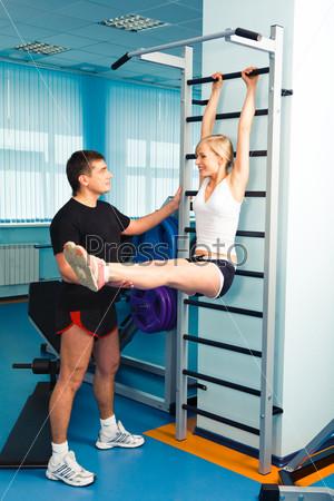 Занятия в тренажерном зале с инструктором