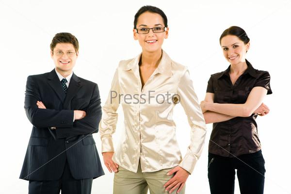 Три деловых человека стоят с улыбками на белом фоне