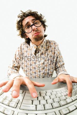 Унылый программист за выпуклой клавиатурой