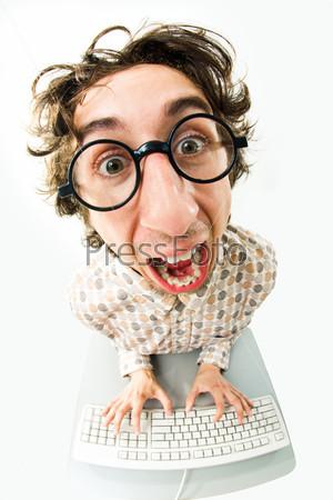 Сумашедший программист сидит за клавиатурой и кричит