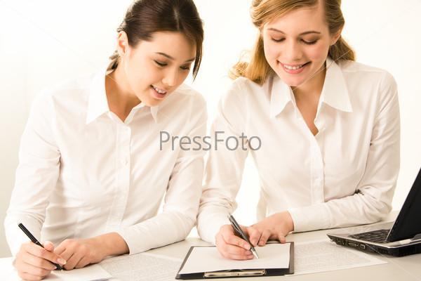 Две сотрудницы заполняющие документы